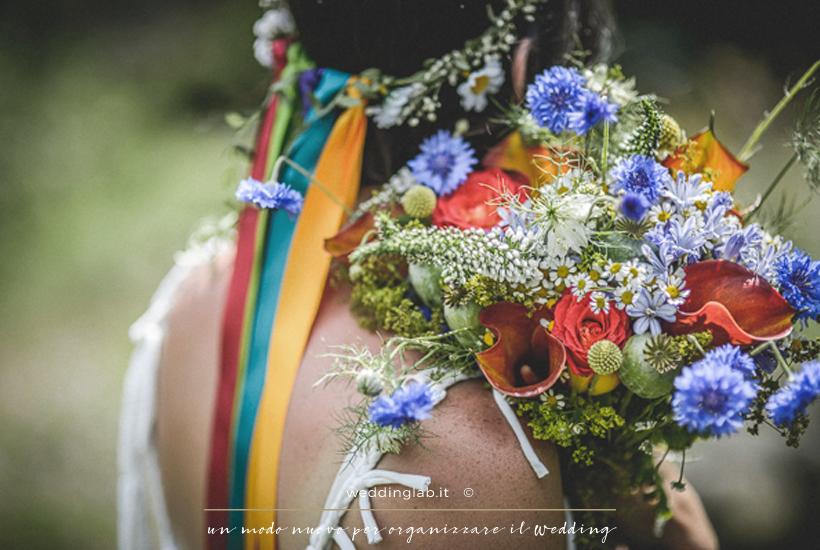 dettaglio del bouquet e coroncina multicolor