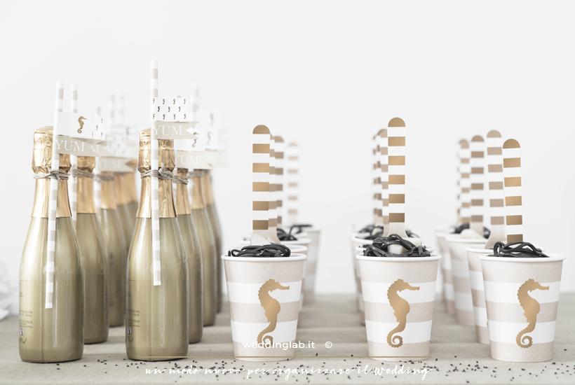 bottigliette di spumante e aperitivo allestimento tavolo oro e nero - unione civile idee per la festa