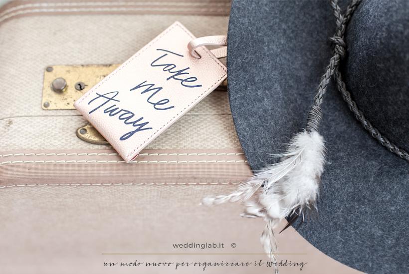 """dettagli di una valigia con tag """"take me away""""- partecipazioni matrimonio a tema viaggio"""